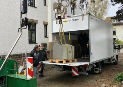 Pape Transporte Umzugswagen wird beladen